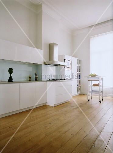 Eine moderne küchenzeile mit weissen schrankfronten im altbau mit