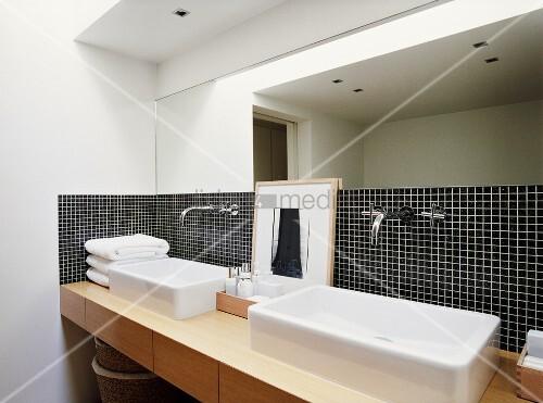 schwarze mosaikfliesen mit weissen fugen bilden den blickfang des modernen badezimmers mit einem. Black Bedroom Furniture Sets. Home Design Ideas