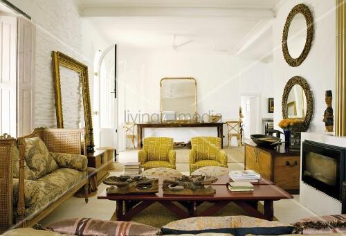 Vintagemöbel und -accessoires im Wohnzimmer mit Steinwand ...