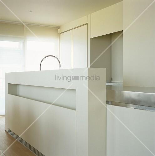 puristische einbauk che mit theke in weiss bild kaufen living4media. Black Bedroom Furniture Sets. Home Design Ideas