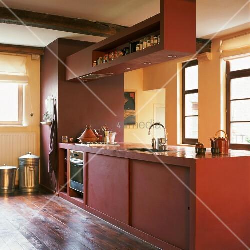 freistehende kubische k chenzeile in rot in rustikalem. Black Bedroom Furniture Sets. Home Design Ideas