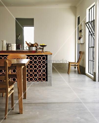 k chentheke mit weinregal in einem offenen wohnraum mit betonboden und biedermeierst hlen bild. Black Bedroom Furniture Sets. Home Design Ideas