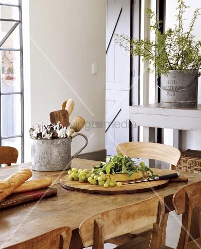 gemischte speisen und ein besteckbeh lter aus blech auf einem rustikalen esstisch bild kaufen. Black Bedroom Furniture Sets. Home Design Ideas
