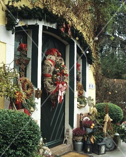 weihnachtlich dekorierte haust r mit verschiedenen kr nzen tannengirlande bild kaufen. Black Bedroom Furniture Sets. Home Design Ideas