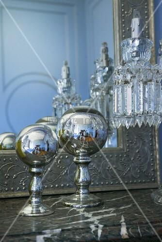 Deko objekte auf marmor kaminsims in hotelzimmer im for Hotelzimmer deko