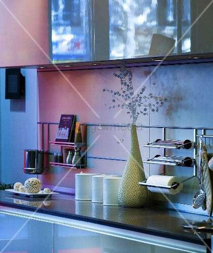 Moderne Küchenutensilien: Ablage Einer Küche Mit Küchenutensilien & Deko