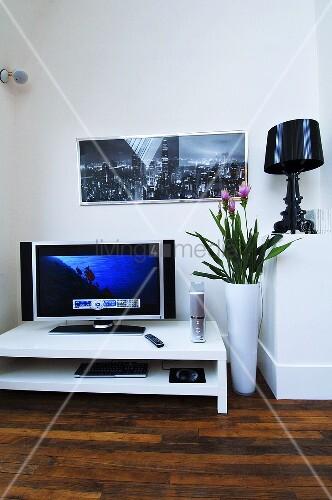 fernsehtisch mit flachbildschirm bild kaufen living4media. Black Bedroom Furniture Sets. Home Design Ideas