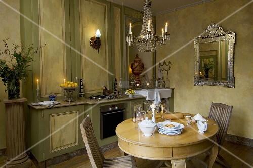 k che in gr n mit passender holzvert felung rundem tisch kronleuchter silbernem wandspiegel. Black Bedroom Furniture Sets. Home Design Ideas