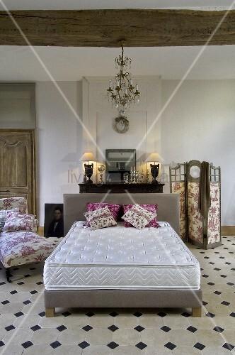 gefliestes schlafzimmer mit doppelbett matratze chaiselongue paravent bild kaufen. Black Bedroom Furniture Sets. Home Design Ideas
