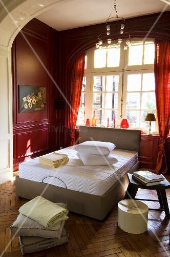 doppelbett mit matratze in schlafzimmer mit roter. Black Bedroom Furniture Sets. Home Design Ideas