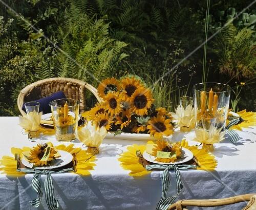 festlich gedeckter tisch mit sonnenblumen im freien bild. Black Bedroom Furniture Sets. Home Design Ideas