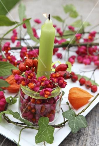 Kerze im glas mit pfaffenh tchen und hagebutten als - Arabische deko ...