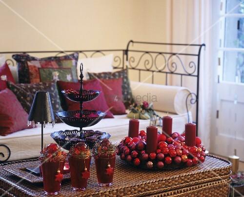 adventskranz weihnachtliche deko auf korbtisch im. Black Bedroom Furniture Sets. Home Design Ideas
