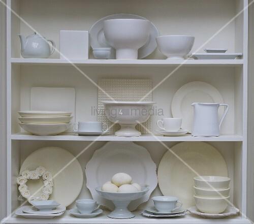 regal mit weissem geschirr und eiern bild kaufen. Black Bedroom Furniture Sets. Home Design Ideas
