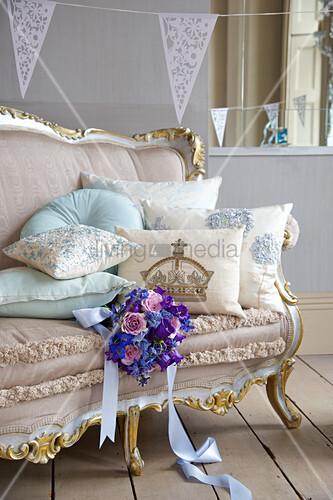Brautstrauss Auf Antikem Sofa Bild Kaufen Living4media