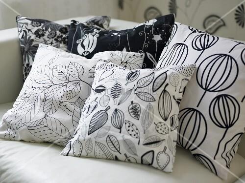 verschiedene schwarz weiss gemusterte kissen auf sofa. Black Bedroom Furniture Sets. Home Design Ideas