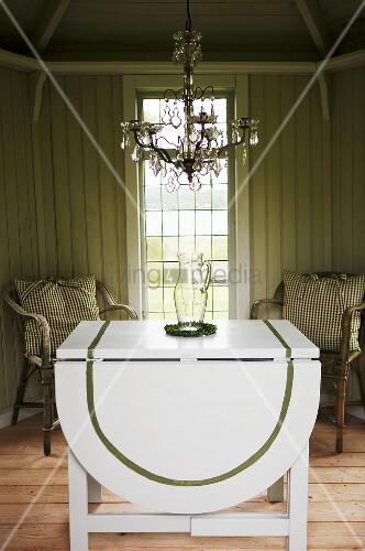 weisser klapptisch mit st hlen und kronleuchter vor. Black Bedroom Furniture Sets. Home Design Ideas