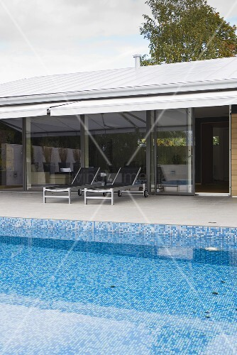 pool mit blauen mosaikfliesen vor dem haus mit glasfront und berdachter terrasse bild kaufen. Black Bedroom Furniture Sets. Home Design Ideas