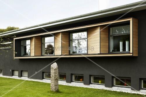 fassadenausschnitt eines hauses graue wand und. Black Bedroom Furniture Sets. Home Design Ideas