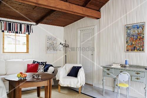 00705314 RM Lndliches Wohnzimmer Mit Weisser Holzverkleidung Und Holzdecke
