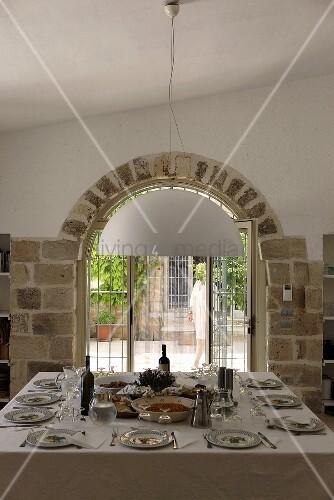 Festlich gedeckter tisch vor fenster mit geziegeltem rundbogen bild kaufen living4media - Fenster mit rundbogen ...
