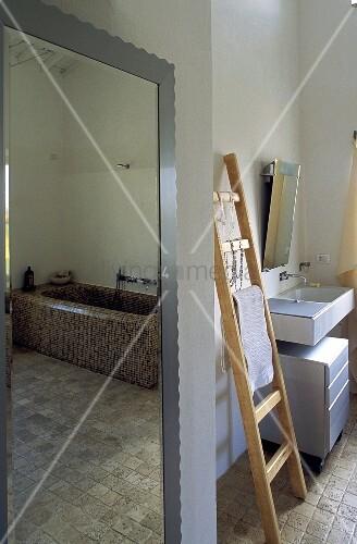 badezimmer mit wandspiegel und angelehnter holzleiter. Black Bedroom Furniture Sets. Home Design Ideas