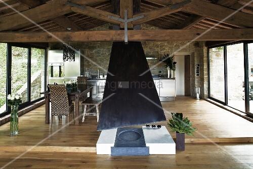offener kamin im wohnraum eines renovierten landhauses mit essbereich auf podest bild kaufen. Black Bedroom Furniture Sets. Home Design Ideas