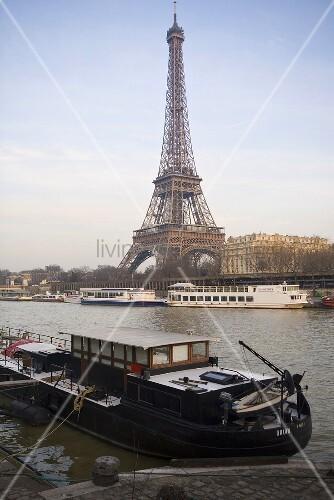 sonnentag in paris hausboot am ufer mit blick auf eiffelturm bild kaufen living4media. Black Bedroom Furniture Sets. Home Design Ideas