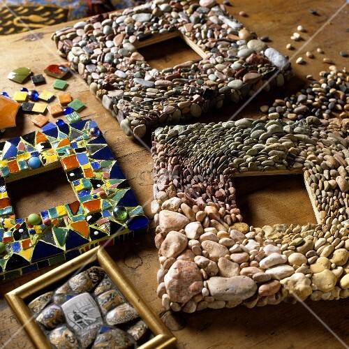 bastelarbeiten bilderrahmen aus verschiedenen steinen und. Black Bedroom Furniture Sets. Home Design Ideas