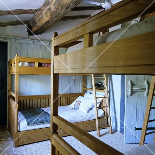 Kinderzimmer mit stockbetten aus honigfarbenem holz im rustikalen landhaus bild kaufen - Stockbetten kinderzimmer ...