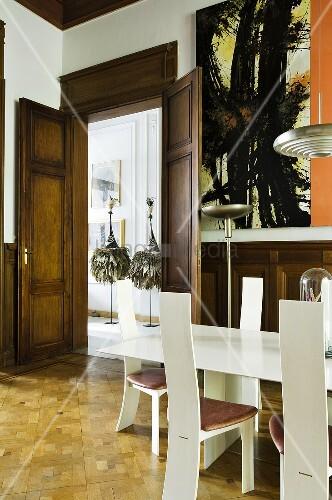 Holzvert feltes esszimmer mit weisser tischgarnitur im for Tischgarnitur esszimmer