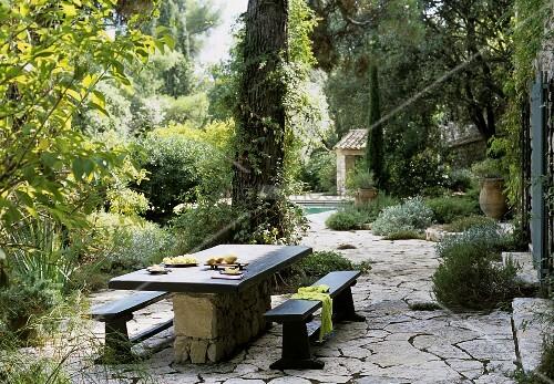 idyllischer terrassenplatz mit natursteinboden im. Black Bedroom Furniture Sets. Home Design Ideas