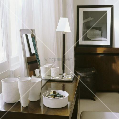 weisse handgefertigte tongef sse und schmuckschale auf. Black Bedroom Furniture Sets. Home Design Ideas