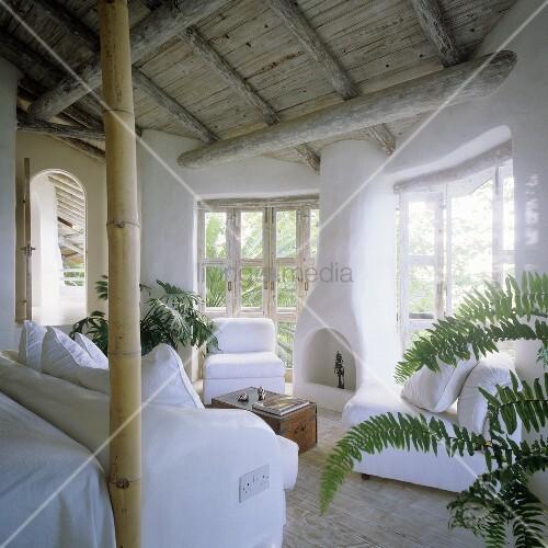 Wohnraum im tropischen Ferienhaus mit Kamin und weisser ...