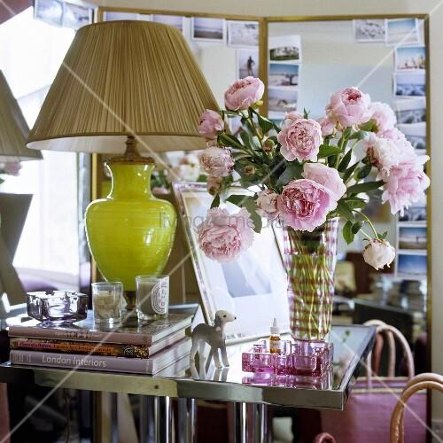 tischlampe mit gr nem glasfuss und plisseeschirm neben rosenstrauss in glasvase auf. Black Bedroom Furniture Sets. Home Design Ideas