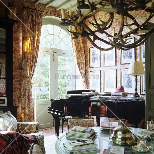 klavier vor terrassent r mit rundbogen im franz sischen landhaus bild kaufen living4media. Black Bedroom Furniture Sets. Home Design Ideas