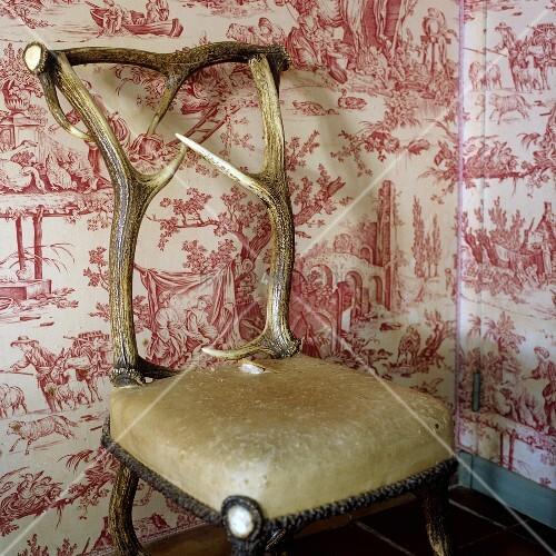 Gepolsterter Stuhl Mit Verarbeitetem Hirschgeweih Vor