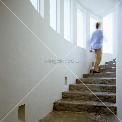 Treppenraum mit betontreppe mann entschwindet nach oben for Betontreppe kaufen