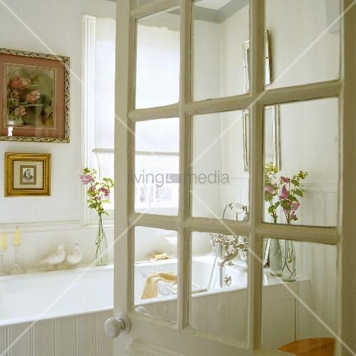 ge ffnete badt r mit blick auf weisse badewanne und bilder mit goldrahmen an wand bild kaufen. Black Bedroom Furniture Sets. Home Design Ideas