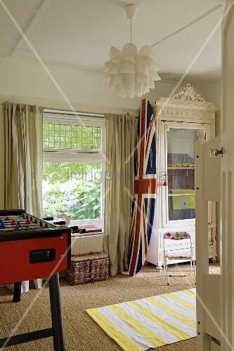 Jugendzimmer englische flagge auf surfbrett neben for Jugendzimmer aus polen