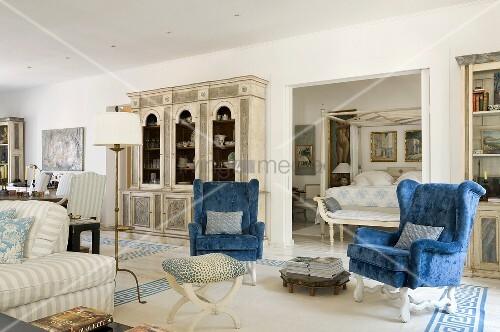 mediterraner wohnraum mit blauen ohrensesseln und m beln. Black Bedroom Furniture Sets. Home Design Ideas