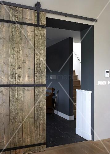 rustikale holzschiebet r vor flur ffung in designter. Black Bedroom Furniture Sets. Home Design Ideas
