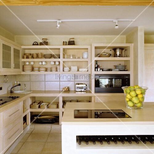 offene k che mit k chenblock und mini weinlager vor gemauerten regalschr nken bild kaufen. Black Bedroom Furniture Sets. Home Design Ideas