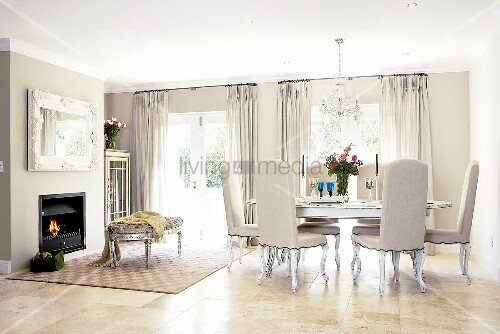 In grau gehaltene elegante wohnzimmereinrichtung bild for Wohnzimmereinrichtung grau
