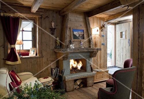 gem tliche stube mit kaminfeuer in einer holzh tte bild. Black Bedroom Furniture Sets. Home Design Ideas