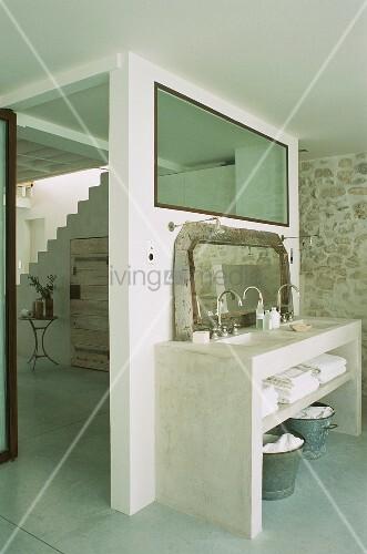 Gemauerter Waschtisch mit zwei Waschbecken & Spiegel in Badezimmer mit Glasfenster zum Flur ...