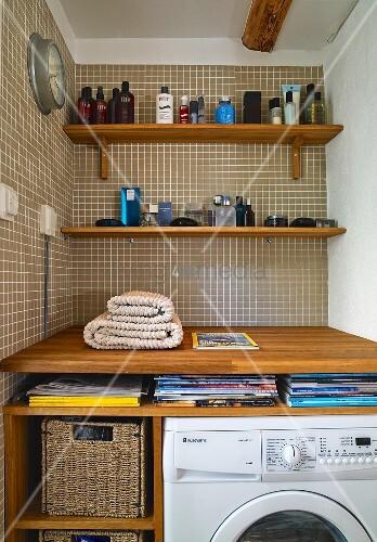 nische mit holzkonsolen und badutensilien vor braunen. Black Bedroom Furniture Sets. Home Design Ideas