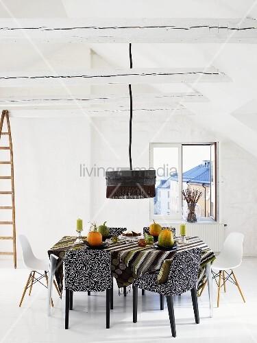 weisser dachraum mit st hlen im stilmix am esstisch und schwarzer h ngelampe bild kaufen. Black Bedroom Furniture Sets. Home Design Ideas