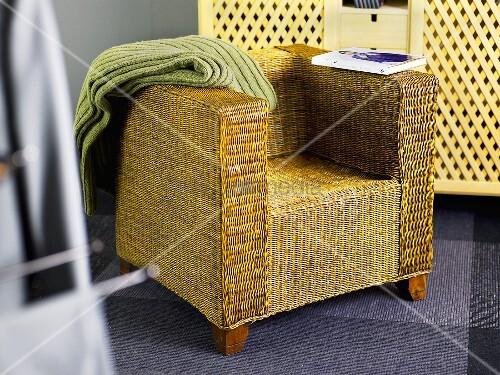 korbsessel mit gr ner tagesdecke bild kaufen living4media. Black Bedroom Furniture Sets. Home Design Ideas