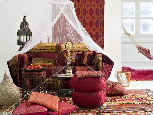 orientalisch gestaltete liegeecke mit sitzkissen um beistelltisch und wasserpfeife bild kaufen. Black Bedroom Furniture Sets. Home Design Ideas